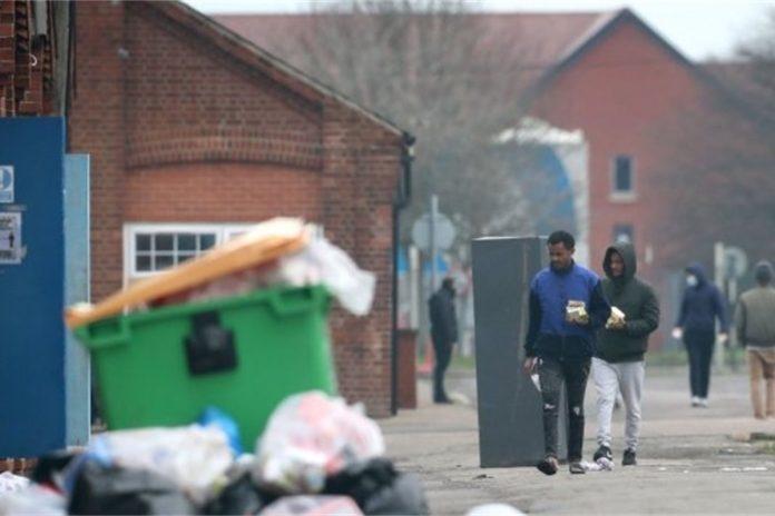 Les demandeurs d'asile logent dans des casernes `` sales '', `` pauvres '' et `` dangereuses '' pendant la pandémie