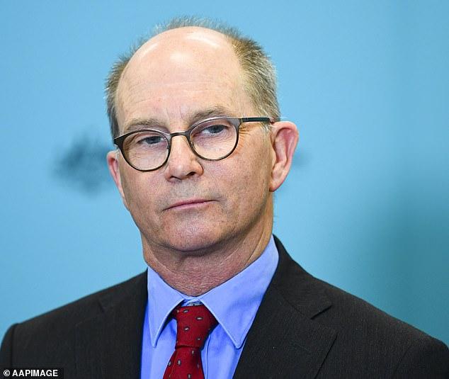 Le professeur Kelly (photo) a déclaré que si l'Australie et les États-Unis ont vu leurs premiers cas de virus `` presque le même jour à la fin de janvier de l'année dernière '', le premier a réussi à le contrôler