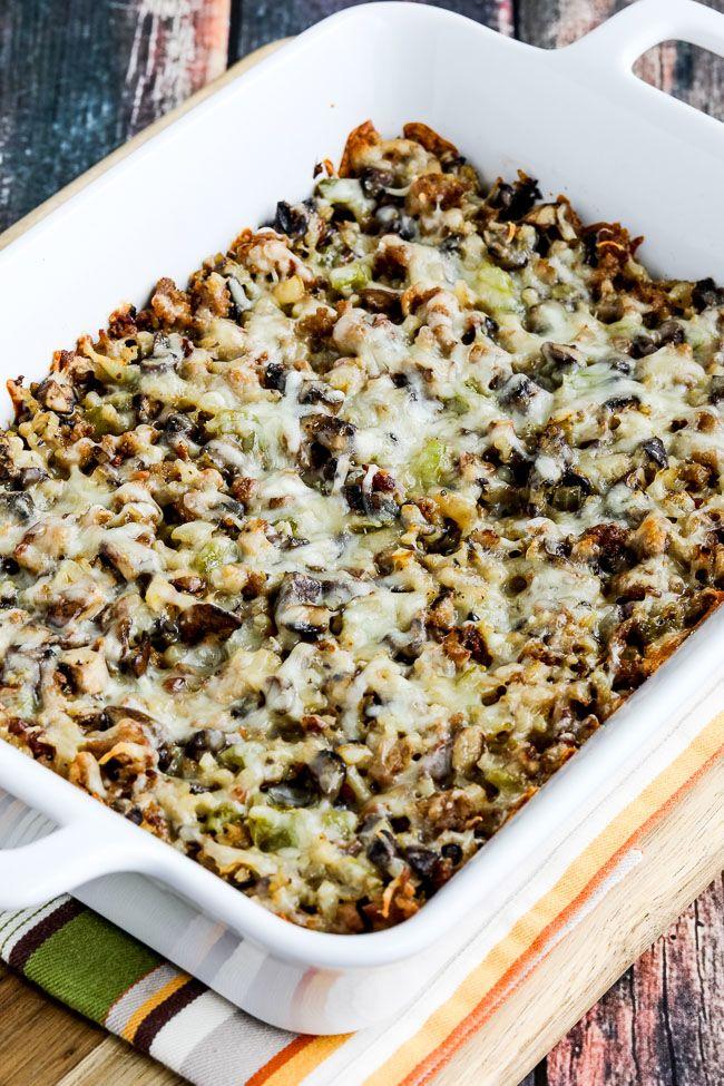 Casserole de saucisse de riz au chou-fleur avec champignons et poivron vert photo en gros plan