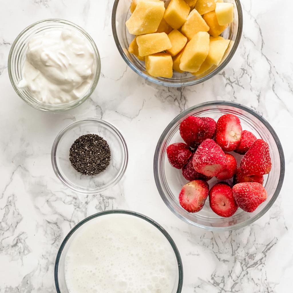 Ingrédients pour faire un smoothie à la fraise et à la mangue